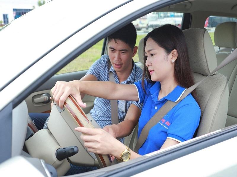 Mộng thấy lái ô tô đánh đề con gì?