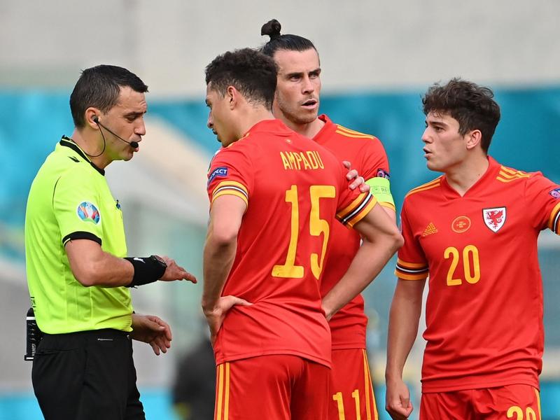 Tấm thẻ đỏ đầu tiên ở EURO 2021 trong trận Italia vs Wales gây tranh cãi