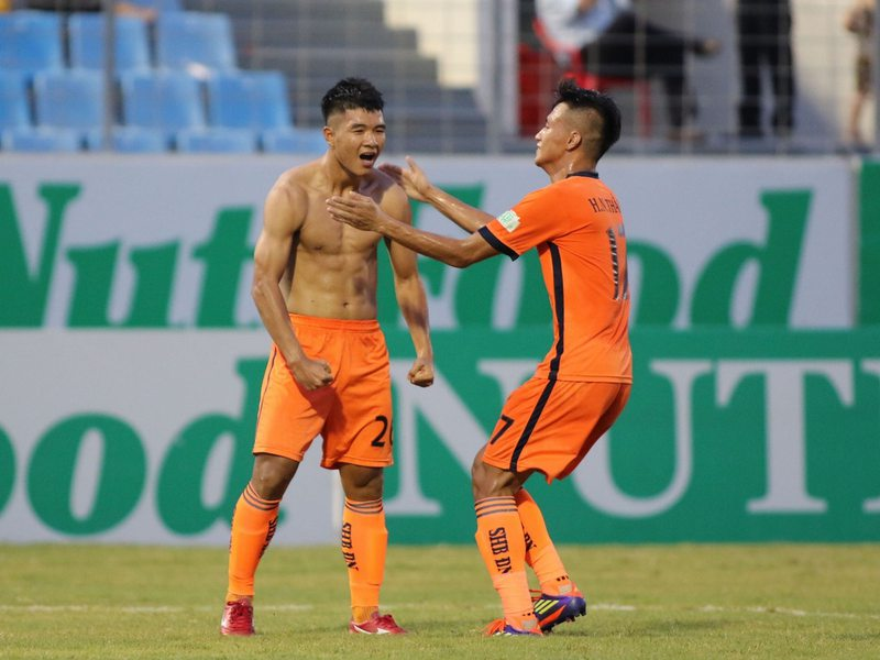 Cầu thủ SHB Đà Nẵng lo lắng khi F0 Covid-19 vượt rào vào đá bóng