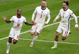 ĐT Anh đại thắng 4-0 ở tứ kết EURO, Fan 'cuồng' lột đồ ăn mừng