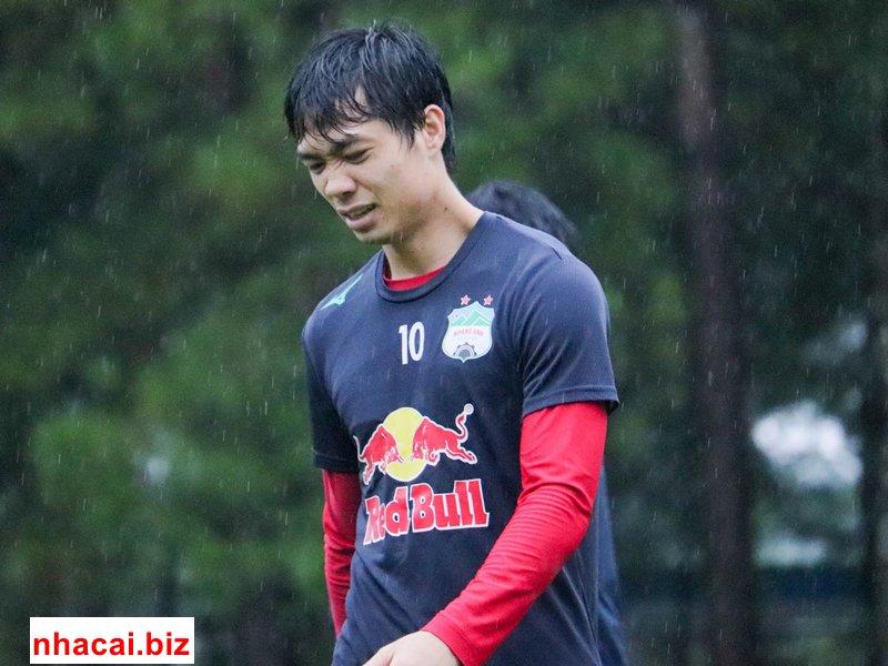 HAGL vẫn tập dưới mưa dù V-League không đá 1
