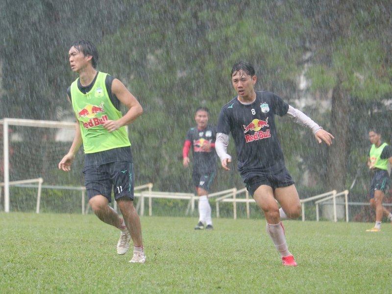 HAGL vẫn tập dưới mưa dù V-League không đá