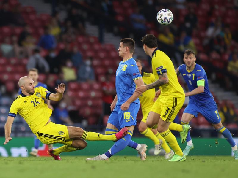 Tiền đạo Ukraine chia tay Euro 2020 sau pha vào bóng rợn người của cầu thủ Thụy Điển